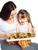 Moeder en dochter die suikergoed eten Royalty-vrije Stock Afbeelding