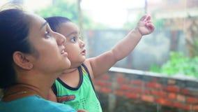 Moeder en dochter die van de regen genieten stock videobeelden