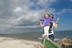 Moeder en dochter die van de zomer genieten Stock Foto's