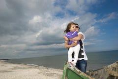 Moeder en dochter die van de zomer genieten royalty-vrije stock afbeeldingen