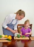 Moeder en dochter die voedsel voorbereiden. Royalty-vrije Stock Foto's