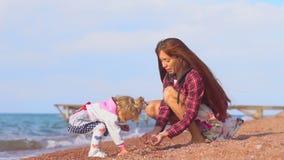 Moeder en dochter door het overzees stock video