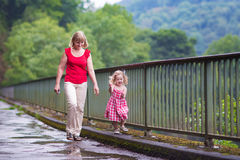 Moeder en dochter in een park Royalty-vrije Stock Afbeeldingen