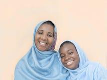 Moeder en dochter glimlachend, moederliefde en tederheid stock fotografie