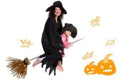 Moeder en dochter in Halloween-kostuums royalty-vrije stock fotografie
