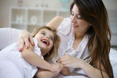 Moeder en dochter in het bed samen royalty-vrije stock foto