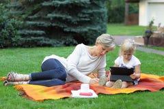 moeder en dochter het besteden tijd samen royalty-vrije stock afbeelding