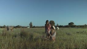 Moeder en dochter het besteden vrije tijd in aard stock video