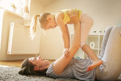 Moeder en dochter het besteden vrije tijd samen thuis Stock Afbeeldingen