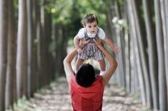 Moeder en dochter in het bos Stock Foto's