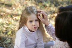 Moeder en dochter in het de herfstpark Stock Fotografie