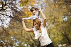 Moeder en dochter in het de herfstpark Royalty-vrije Stock Afbeelding