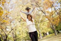 Moeder en dochter in het de herfstpark Royalty-vrije Stock Fotografie