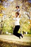 Moeder en dochter in het de herfstpark Stock Afbeelding