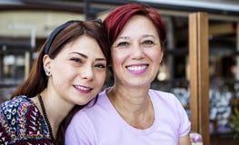 Moeder en dochter het glimlachen royalty-vrije stock afbeeldingen