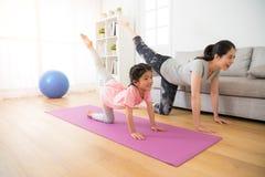 Moeder en dochter in het gymnastiekcentrum Royalty-vrije Stock Foto's