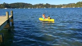 Moeder en dochter het kayaking stock videobeelden