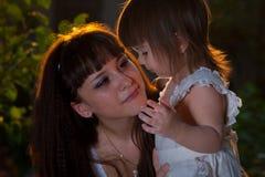 Moeder en dochter het koesteren Stock Foto