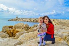 Moeder en dochter het koesteren Royalty-vrije Stock Fotografie
