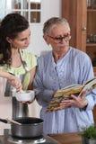 Moeder en dochter het koken stock afbeeldingen