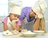 Moeder en dochter het koken Stock Fotografie