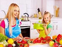 Moeder en dochter het koken bij keuken. Stock Fotografie