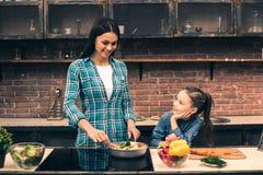Moeder en dochter het koken op keuken Stock Foto's