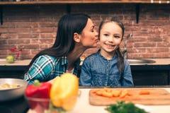 Moeder en dochter het koken op keuken Royalty-vrije Stock Afbeeldingen