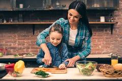 Moeder en dochter het koken op keuken Stock Fotografie
