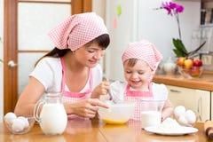 Moeder en dochter het koken samen bij keuken Royalty-vrije Stock Foto's