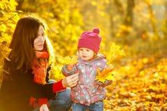 Moeder en dochter in het park Stock Foto