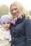 Moeder en dochter in het park Stock Foto's