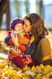 Moeder en dochter in het park Royalty-vrije Stock Foto's