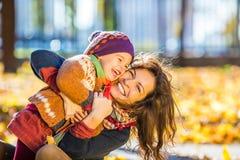 Moeder en dochter in het park Royalty-vrije Stock Afbeeldingen