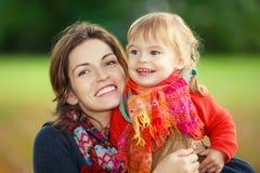 Moeder en dochter in het park Royalty-vrije Stock Afbeelding