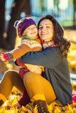 Moeder en dochter in het park Stock Afbeelding