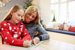 Moeder en Dochter het Schrijven Brief aan Santa Together Stock Fotografie