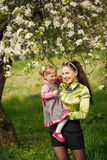 Moeder en dochter het smilling in het park in zonnig Stock Afbeeldingen