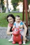 Moeder en dochter het spelen Royalty-vrije Stock Foto