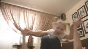 Moeder en dochter het spelen op de bank en het tapijt intimideert stock video