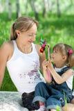 Moeder en dochter in jeans openlucht Royalty-vrije Stock Afbeelding