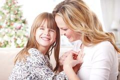 Moeder en dochter in Kerstmistijd stock foto's