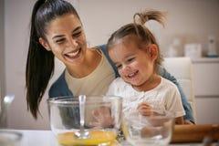 Moeder en dochter in keuken Moeder en dochterbakselcooki royalty-vrije stock fotografie