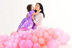 Moeder en dochter Kinderjarengeluk jong geitjemanier Weinig juffrouw in mooie kleding De Dag van kinderen Klein mooi kind stock foto's