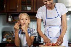 Moeder en dochter kokende salade stock afbeeldingen