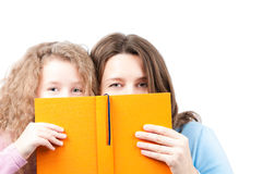 Moeder en dochter met boek Stock Foto's