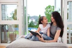 Moeder en Dochter met Digitale Tablet Royalty-vrije Stock Afbeelding