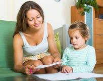 Moeder en dochter met document Royalty-vrije Stock Afbeelding