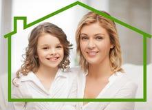 Moeder en dochter met ecohuis Royalty-vrije Stock Fotografie
