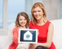 Moeder en dochter met tabletpc Royalty-vrije Stock Fotografie
